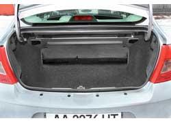 Багажник «Симбола» даже уменьшился на 4 литра. И все равно он лидирует с «оставшимися» 506 литрами! Но задний диван по-прежнему складывается только целиком.