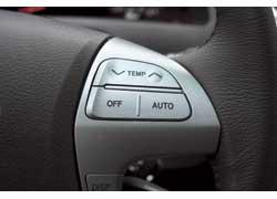 На руле Toyota есть кнопки управления не только аудиосистемой, но и работой климат- контроля.