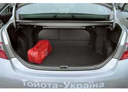Классический седановский багажник Camry с куда более скромным объемом в 504 литра все же выглядит вполне прилично.