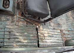 По обе стороны от водителя – сиденья, которые прячутся в «трюм». В некоторых версиях они имели мягкую обивку.