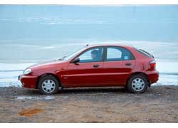 Daewoo Lanos «щеголяет» колпаками на 13-дюймовых колесах.