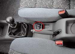 Передние электрические стеклоподъемники в Daewoo управляются с пульта между сиденьями. Особых неудобств это не доставляет.