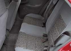 Сзади благодаря более сильному наклону спинки в Daewoo Lanos удобнее и просторнее над головой. Да и для ног места больше.