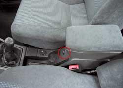 Открыть багажник в Lada можно, нажав на кнопку в торце бокса между передними сиденьями.