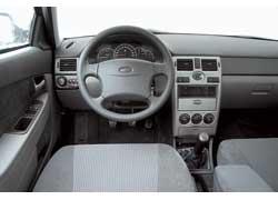 Детали интерьера Lada 2172 – без острых кромок и выступов. Водительская подушка безопасности, электрические приводы передних стеклоподъемников и зеркал – в базе, а кондиционер предлагается в более дорогих версиях.