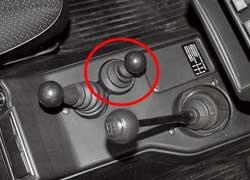 При снятии только переднего кардана межосевой дифференциал нужно заблокировать, иначе весь крутящий момент уйдет на «отключенный» передний мост и машина не тронется с места.