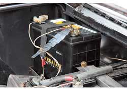 Отдельный аккумулятор, находящийся в багажном отсеке, обеспечивает энергией освещение, звуковые сигналы и обогрев салона.