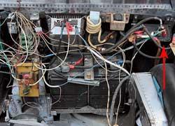 В багажнике рядом с АКБ установлены ШИМ-контроллер , трансформатор и зарядное устройство.