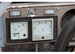 Тумблер на щитке приборов переводит батарею в экономный режим.