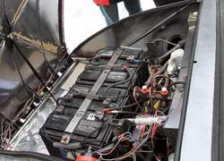 Четыре из десяти АКБ довольно компактно разместились в подкапотном пространстве электромобиля.