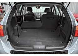 Когда сложены третий и второй ряды сидений, багажник Veracruz существенно вместительнее, чем отсек оппонента.