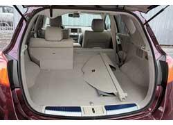 Багажник Nissan меньше, а погрузочная высота на 20 мм больше. Под полом отсека – сабвуфер аудиосистемы Bose.