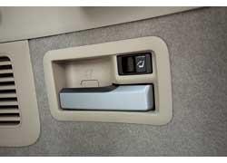 Потянул за ручку в багажнике – спинки заднего дивана сложились. Нажал на кнопку (такие же есть у водителя) – поднялись.