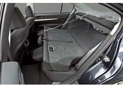 Спинки задних кресел можно сложить в пропорции 60:40, что дает возможность перевозить габаритные предметы. Благодаря возросшей колесной базе увеличилось пространство для ног задних пассажиров.