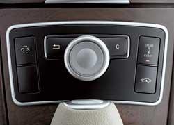 Под правой рукой водителя – контроллер управления многофункциональной системой Соmmand с цветным экраном.