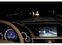 Night View Assist PLUS. Информация от инфракрасной камеры выдается на экран в центре передней панели, пешеходы выделяются специальным символом.