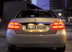 Мерцающие фонари стоп-сигнала. Информируют едущих сзади водителей об экстренном торможении.