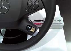 Предупреждение водителя о съезде с полосы движения. Сигнал о сходе с полосы вибрацией на руле с помощью встроенного электромотора с эксцентриком.