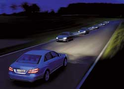 Адаптивное управление головным светом. Распознает встречный и попутный транспорт и изменяет световой пучок для меньшего ослепления встречных водителей и лучшего освещения на пустой дороге.