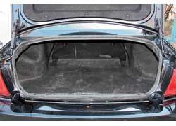 Багажник относительно невелик по объему, но выручают откидывающиеся спинки заднего сиденья. Проем достаточно широк.