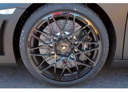 Как опция предлагаются новые черные колесные диски Cordelia и карбоно-керамические вентилируемые диски диаметром 380 мм спереди и 356 мм сзади.