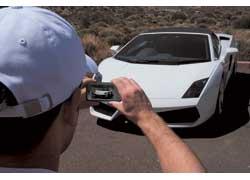 Некоторые фото оказалось быстрее сделать 8-мегапиксельной камерой телефона LG Renoir KC910. Например, запечатлеть этот праворульный экземпляр. Ведь кофр с фотокамерой лежал в 110-литровом бардачке в передней части машины, гордо именуемом багажником.