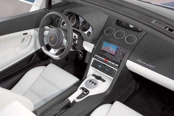 У каждого салона индивидуальные цвет отделки, нитки или материал. Вы можете заметить элементы управления климат-контролем от Audi.