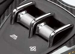 Эти хромированные «бочечки» около «ручника» управляют крышей и задним стеклом.