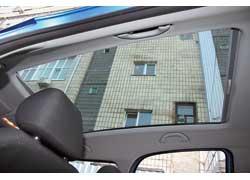 В арсенале Skoda опционная стеклянная крыша. Дополнительный бардачок – стандартное