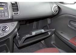 Перчаточный ящик Nissan – самый вместительный. Кроме того, его крышка выполнена в виде кармашка.
