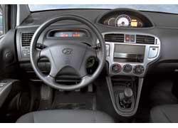 Самые простые материалы отделки – у салона Hyundai. Центральное расположение панели приборов требует привыкания.