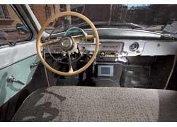 Салон ГАЗ-21 сберег свой первоначальный вид. Лишь монитор в трансмиссионном тоннеле напоминает о послезаводском «тюнинге».