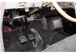 Педаль сцепления в электромобиле не утратила функциональности – переход на задний ход осуществляется через коробку передач.
