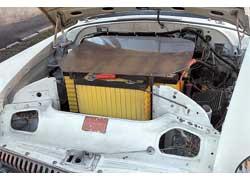 Батареи, размещенные в подкапотном пространстве автомобиля, закрыты пластиной из прозрачного пластика. И красивее, и безопаснее.