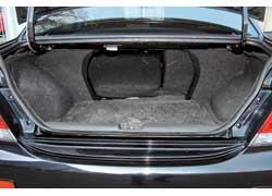 Спинки заднего сиденья у седана откидываются. Однако в салон из багажника ведет лишь небольшое «окно», объемный груз в котором не разместишь.