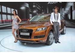 Рестайлинг кроссовера Audi Q7 в основном затронул «лицо» машины: новые передний бампер, облицовка радиатора и светодиодные элементы оптики.