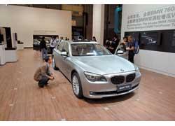 Роль флагмана в модельной линейке BMW отведена удлиненной «семерке» 760Li c новейшим битурбированным двигателем V12 объемом 6,0 л и мощностью 544 л. с.