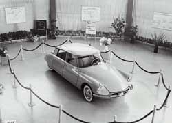 В первый день Парижского автосалона 1955 года Citroёn получил более 12 тысяч заявок на футуристическую «богиню» DS 19.