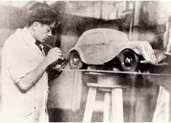 Молодой Фламинио Бертони работает над пластилиновым макетом Сitroёn Traction Avant. Использование этого материала – настоящее ноу-хау для тех лет.