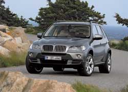BMW X5 с двигателем объемом 4,8 литра Ксения любит за то, что он разгоняется до сотни всего за 6,1 секунды.