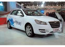 У Dongfeng S30 BSG Hybrid 1,6-литровый бензиновый мотор (106 л. с.) и стартер-генератор, обеспечивающий 10% экономии топлива.