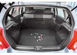 В Aveo диван складывается только целиком. Интересно, а ремни безопасности закреплены в багажнике, чтобы ими можно было и груз фиксировать?