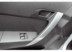 Ручки дверей в малыше Aveo такие же, как у старших моделей Chevrolet. Когда берешься за составную ручку, серебристая накладка играет и поскрипывает.