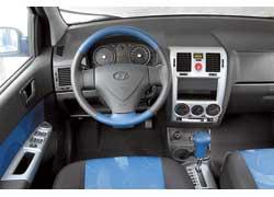 Салон Hyundai не выглядит как однообразная серая глыба благодаря серебристым вставкам, а также яркой отделке сидений и руля. Кожа на ободе скользкая.