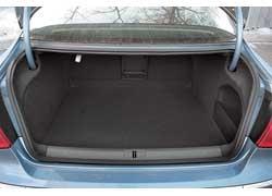 Багажник Passat СС немного глубже и выше, но заметно уже, чем у седана. Несмотря на потерю 33 л объема, отсек впечатляет своими 532 л. Складывающиеся раздельно спинки – опция за 245 долларов.