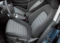 Не важно, что в нашей машине сиденья без таких опций, как система вентиляции и комбини-рованная обивка из кожи и алькантары, – сидеть все равно очень удобно.