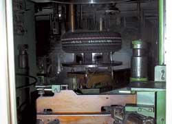 На заводе в Куншане работает примерно 200 вулканизаторов, что в круглосуточном режиме позволяет выпускать до 46 тысяч покрышек.