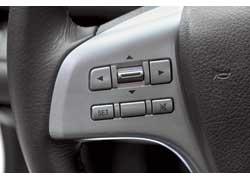 Комбинацией кнопок на руле Mazda можно управлять аудиосистемой, маршрутным компьютером и климат-контролем.