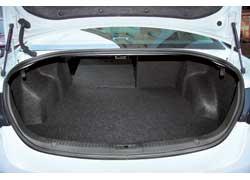 Багажник Mazda6 в походном состоянии самый большой. При складывании сидений пол практически ровный, с небольшим подъемом вглубь. Но только в нем