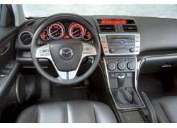 Красивые приборы в Mazda6 постоянно светятся рубиновым светом, а спидометр и тахометр обрамлены бирюзовой окантовкой. Переключатели самые стандартные. Панель настраивает на спортивный лад.